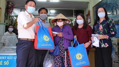 Cần Thơ: Trao 3.000 phần quà hỗ trợ bà con nghèo bán vé số