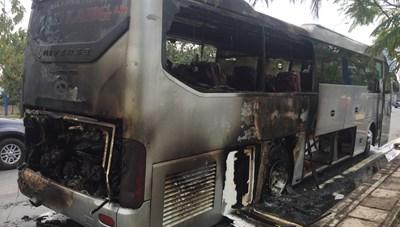 Cháy xe ôtô, hành khách hoảng loạn