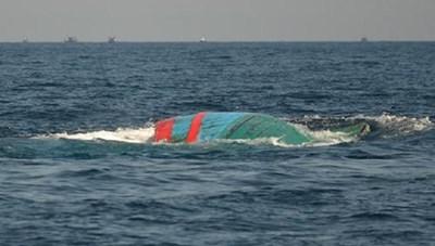 Cứu hộ 7 thuyền viên tàu cá bị chìm trên biển