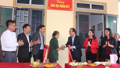 Phó Chủ tịch Ngô Sách Thực bàn giao nhà Đại Đoàn Kết tại Hà Tĩnh