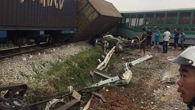Nghệ An: Tai nạn đường sắt, 4 toa tàu bị lật, 2 người bị thương