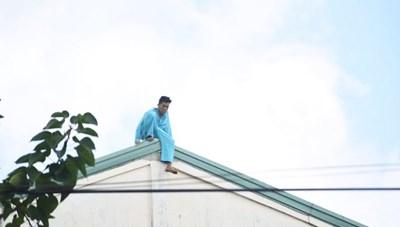 Đà Nẵng: Giải cứu người đàn ông vắt vẻo trên nóc bệnh viện