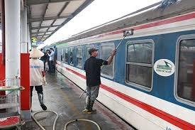 Phun thuốc khử trùng tất cả các đoàn tàu đi, đến ga Hà Nội