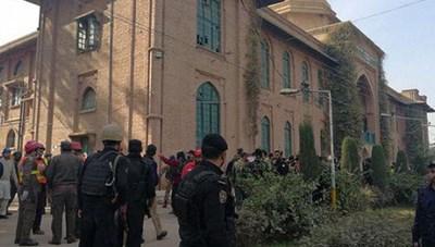 Giả dạng phụ nữ, Taliban lại tấn công trường học