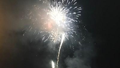 Hà Tĩnh: Người dân đội mưa xem bắn pháo hoa chào năm mới