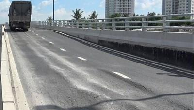 Khẩn trương sửa chữa vết nứt lún, trồi nhựa mặt đường cầu Mỹ Thủy