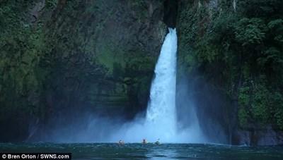 Lao xuồng xuống thác nước cao 40 m