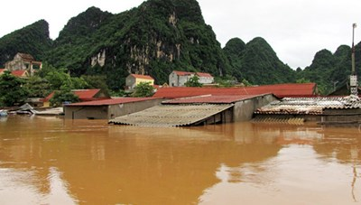 Mặt trận Bắc Giang ủng hộ đồng bào lũ lụt 300 triệu đồng