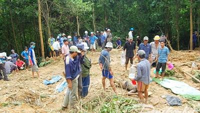 Nỗ lực tìm kiếm 5 nạn nhân bị chôn vùi do sạt lở núi ở Phước Sơn