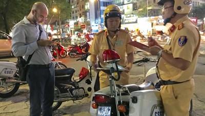 TP HCM: Ra quân 1 đêm, xử lý nhiều người nước ngoài phạm luật giao thông