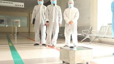 NaRoVid1 - Robot Made in Vietnam có khả năng lau sàn, khử khuẩn phòng bệnh