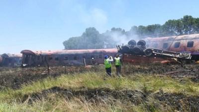 Tai nạn tàu hỏa đâm xe tải thảm khốc tại Nam Phi