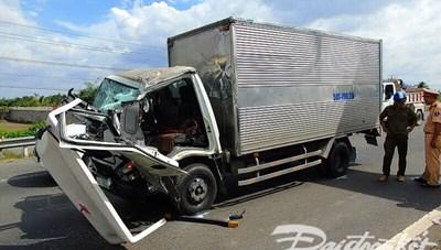 Tài xế ngủ gật tông vào xe tải bị thương nghiêm trọng