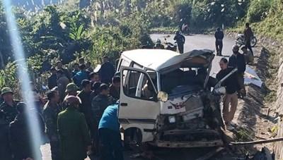Xe ô tô đâm vào vách núi, 2 người chết 5 người bị thương