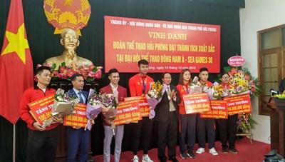 Hải Phòng thưởng nóng các VĐV đoạt huy chương SEA Games và thủ môn Văn Toản
