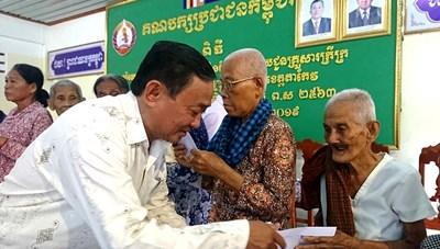 MTTQ tỉnh An Giang thăm tặng quà bà con nghèo tỉnh Takeo, Campuchia