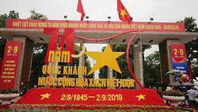 [ẢNH] Cờ Tổ quốc tung bay khắp phố phường Hà Nội dịp Quốc khánh