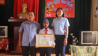 Tuyên dương học sinh 11 tuổi cứu bạn khỏi tai nạn đuối nước