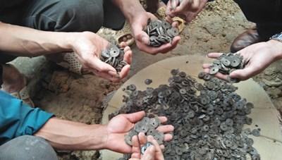 10kg tiền cổ được phát hiện khi đào móng nhà