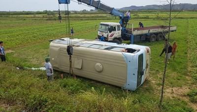 Xe chở công nhân lao xuống ruộng, hàng chục người bị thương