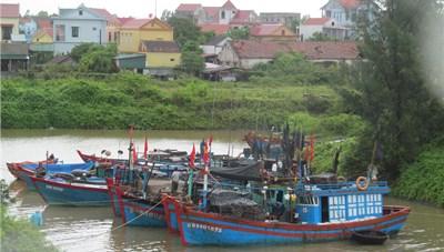 [ẢNH] Ngư dân Quảng Bình đưa tàu thuyền vào sâu để tránh bão