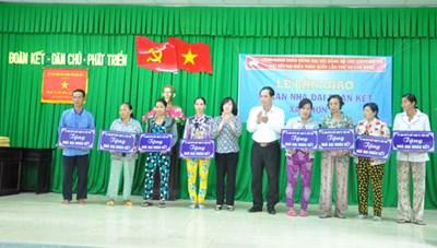 Bàn giao 101 căn nhà tình thương cho hộ nghèo huyện Phong Điền