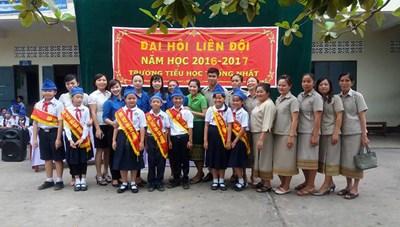 Gieo chữ cho con em kiều bào và học sinh Lào