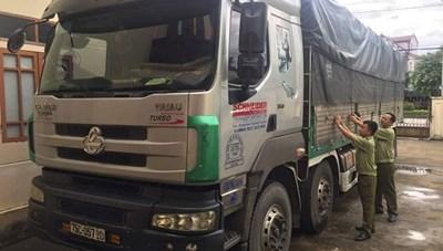 Bắt giữ xe tải vận chuyển hơn 400 chai rượu lậu
