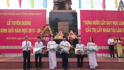 Bình Định: Tuyên dương, khen thưởng học sinh giỏi