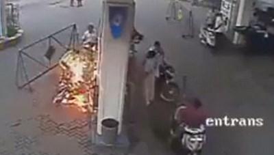 Bốc cháy vì điện thoại phát nổ khi đang đổ xăng