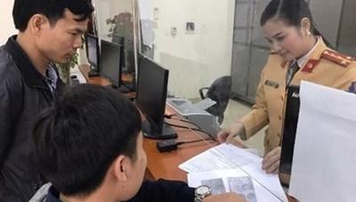 Cảnh sát giao thông Hà Nội trả lại 100 triệu đồng cho người để quên