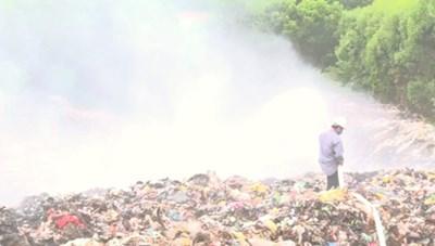 Cháy bãi rác âm ỉ 10 ngày, dân cả vùng khủng hoảng