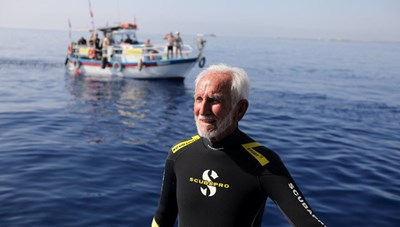 Cụ ông 95 tuổi lập kỷ lục thợ lặn già nhất thế giới