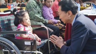 Cựu Thủ tướng Nhật Bản tặng 60 xe lăn cho người khuyết tật Việt Nam