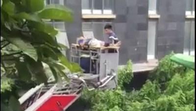 Điều xe thang giải cứu người đàn ông ngã xuống tầng 2 nhà chung cư