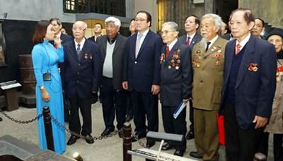 Dâng hương tưởng niệm các chiến sỹ bị tù đày tại Nhà tù Hỏa Lò