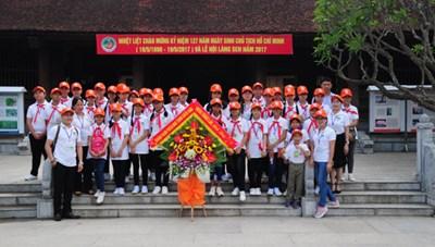 Đoàn thiếu nhi kiều bào ở Lào thăm quê Bác mùa sen nở