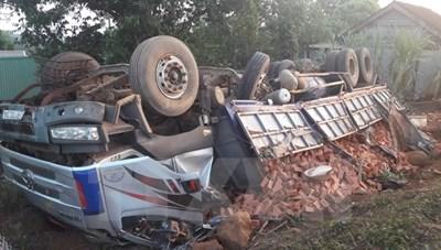 Húc đổ cây, xe tải chở gạch lật ngửa, hai người bị thương nguy kịch
