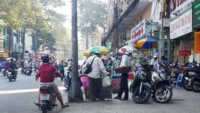 Ngang nhiên họp chợ trước cổng bệnh viện