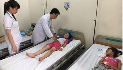 Nghi ngộ độc thực phẩm, 61 học sinh phải nhập viện