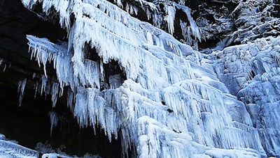 Ngỡ ngàng cả thác nước bị đóng băng