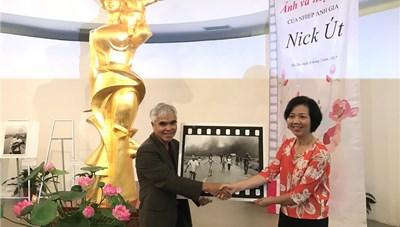 Nhiếp ảnh gia Nick Út trao tặng ảnh cho Bảo tàng Phụ nữ Việt Nam