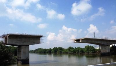 Những cây cầu trăm tỷ phơi sương