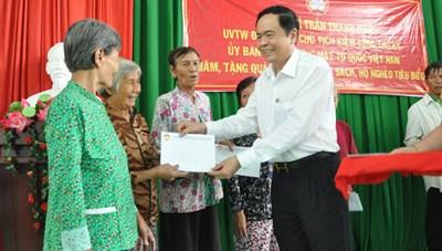 Phó Chủ tịch - Tổng Thư ký Trần Thanh Mẫn tặng quà người nghèo, trẻ mồ côi