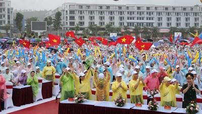 Quảng Ninh 'đội mưa' cổ vũ Nguyễn Hoàng Cường quán quân Đường lên đỉnh Olympia