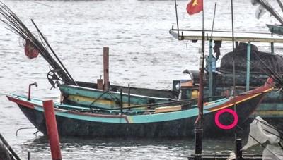 Sóng lớn đánh chìm 3 tàu, 2 bố con mất tích
