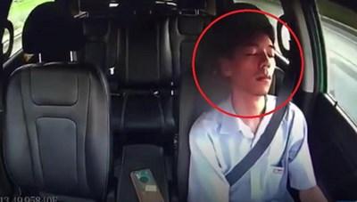 Tài xế taxi ngủ gật gần một phút lúc lái xe