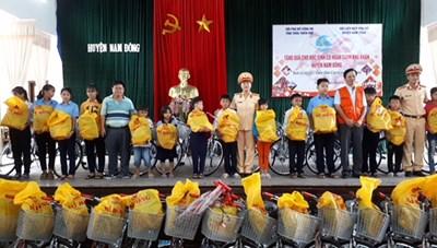 Tặng xe đạp cho trẻ em nghèo huyện miền núi Nam Đông