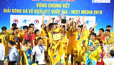 U17 Thanh Hoá lần đầu vô địch giải U17 Quốc gia: 'Phần thưởng không từ trên trời rơi xuống'