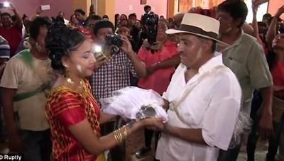 Thị trưởng cưới... cá sấu để cầu may cho ngư dân